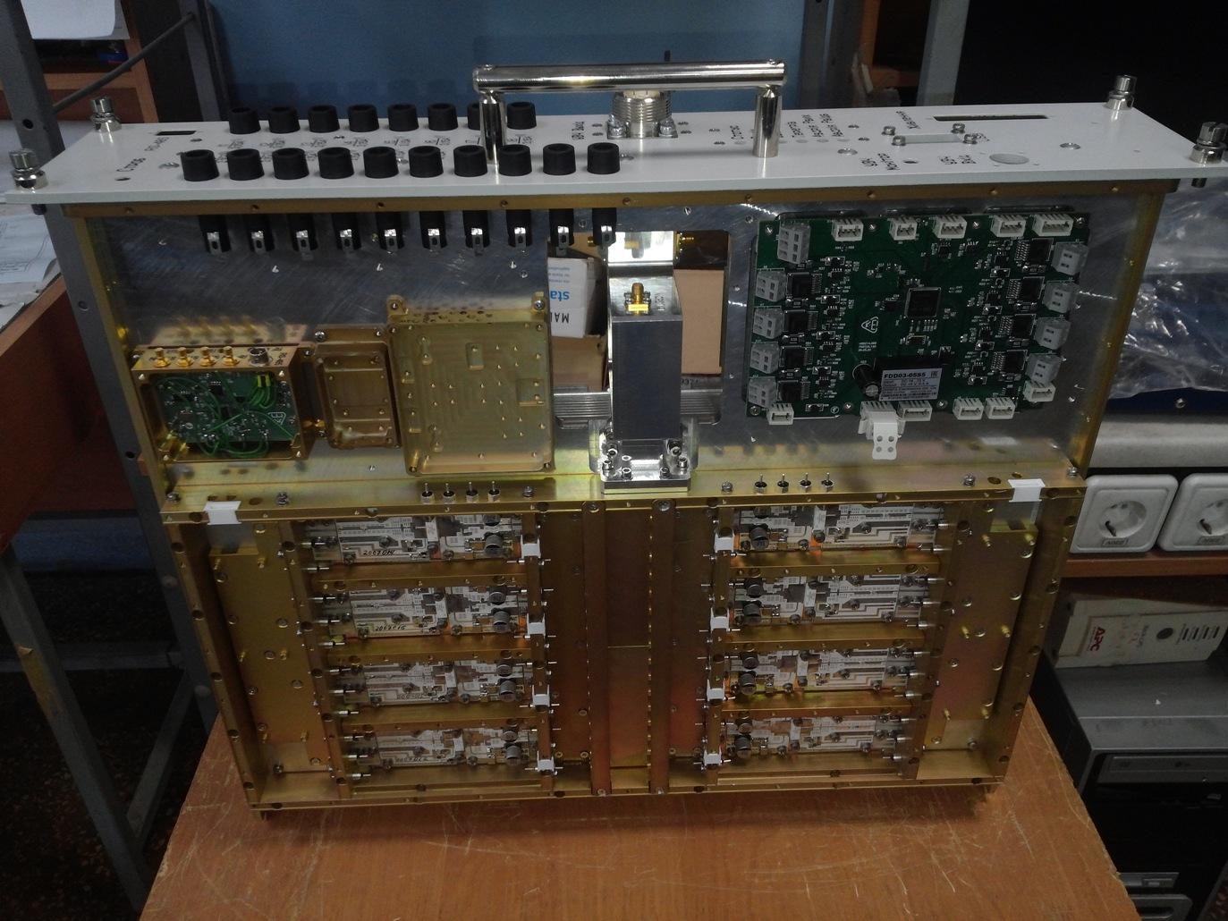 Блок підсилювача з антенним комутатором L-band